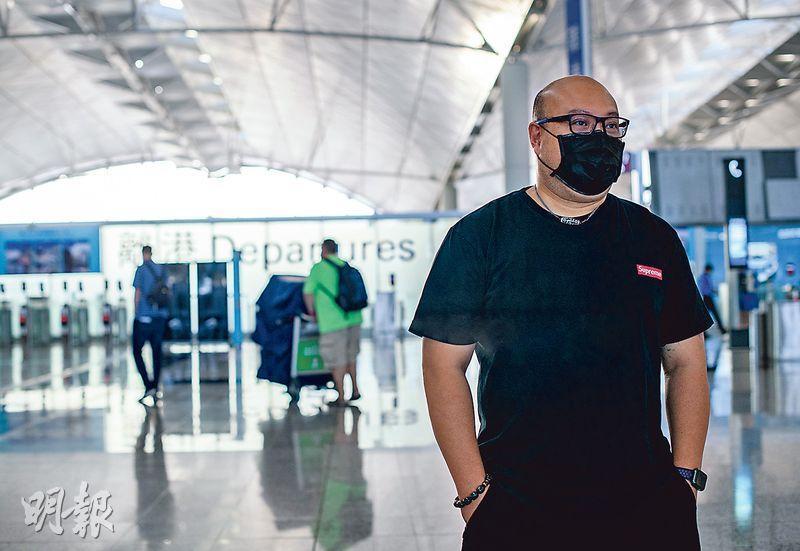在機場工作25年的航空公司經理趙先生見盡1997年與如今兩代移民潮,現在因疫情和之前機場禁令,送機的人不多,場面冷清。(林靄怡攝)
