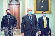 美國參議院多數黨領袖麥康奈爾(中)上周五抵達國會。他贊成《國防授權法》,但反對增加紓困援助金額,皆跟總統特朗普唱反調。(法新社)