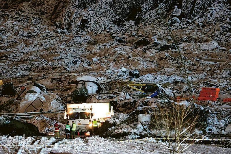 挪威救援人員上周六繼續在耶爾呂姆鎮一條村莊的山泥傾瀉現場搜索失蹤者。(路透社)