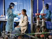 檢測承辦商昨午起派員到瑪嘉烈醫院設置10個採樣亭,至晚上8時已為550名瑪嘉烈職員採樣,做抗原和核酸檢測,承辦商員工稱全院約6000名員工,期望周六完成檢測。(鄧宗弘攝)