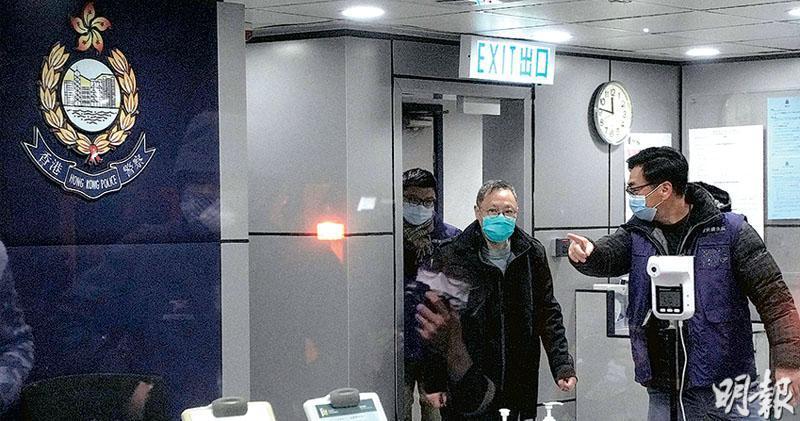 警方前日清晨拘捕「35+初選」的53人,各人被通宵扣查逾30小時後陸續獲准保釋。戴耀廷(右二)昨接近午夜步出馬鞍山警署,稱香港進入寒冬,「但我相信好多香港人會用自己方法,繼續逆風而行」。(楊栢賢攝)