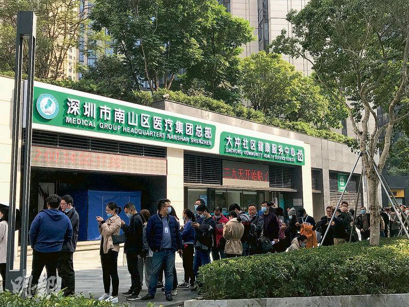 前日,在深圳其中一個新冠疫苗接種點,中午時分已經大排長龍。不過有商販稱,等多批人打完才考慮接種。(明報記者攝)