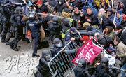 特朗普支持者周三(6日)在國會大廈外衝擊警方鐵馬,場面混亂。(路透社)