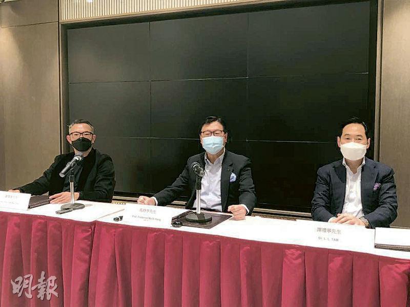 「深圳幫」代表譚禮寧(右)、馬時亨(中)以及聲稱代表康宏小股東的謝偉俊(左)昨「另起爐灶」,另覓場地召開及主持「康宏股東會」。