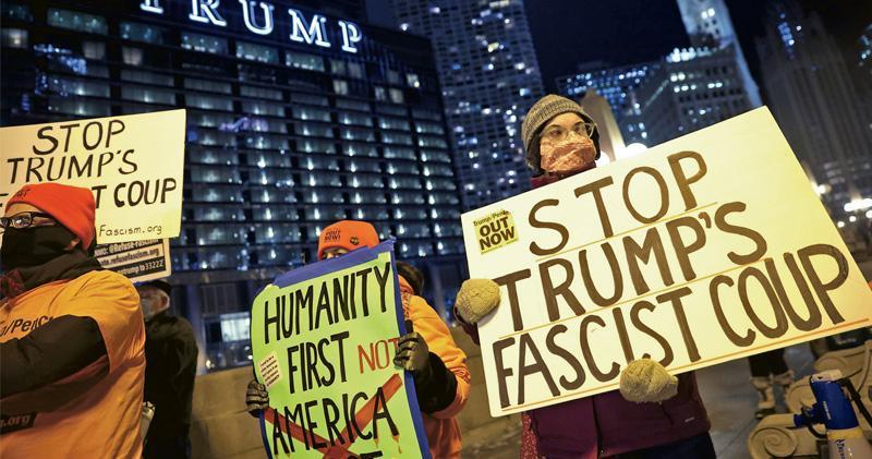 美國芝加哥一批示威者周四到當地的特朗普大樓外抗議,要求特朗普下台。(法新社)