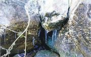 大帽山昨晨一度只有約攝氏1度,有大石之間形成一條條下垂的冰柱。
