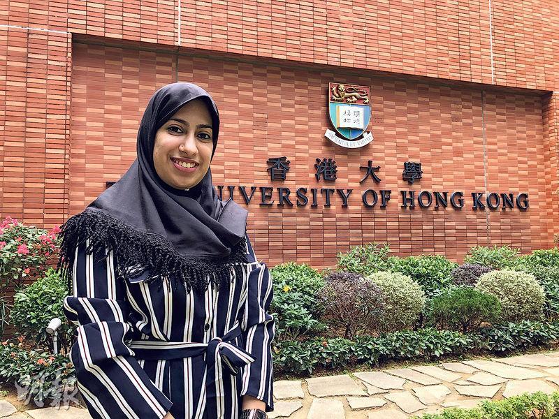 港大護理學院學生、巴基斯坦裔的Kulsoom說,有朋友升中時入讀「指定學校」,雖免卻學中文之苦,但日後生活受影響,他們難以與人用中文溝通。她感謝父親當日安排自己入讀主流學校,讓她學好中文,最後入讀大學。(黃焯謙攝)