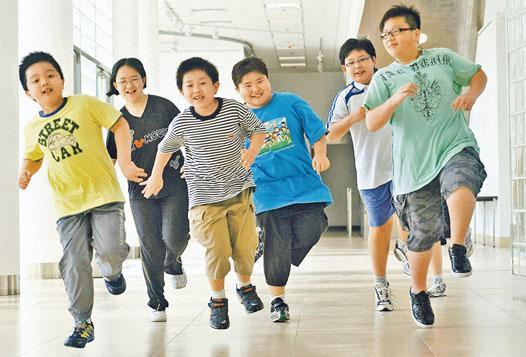 不良的飲食習慣及缺乏運動,容易導致肥胖、三高(高血壓、高膽固醇及高血糖)問題。圖為參與浸大研究的多名肥胖兒童,以趣味遊戲充當運動。