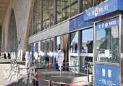 為防止疫情向外地擴散,1月6日起,石家莊火車站所有乘客一律暫停進站乘車。圖為1月9日,石家莊火車站一處進站口的當值工作人員。(中新社)