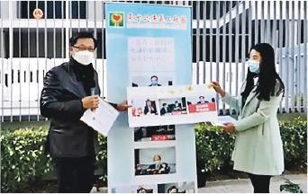 「東方之珠」社團成員噚日去到立法會外支持議員何君堯(左),仲話向佢送上通宵製作嘅支持信。(何君堯fb直播截圖)