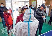 河北省石家莊市昨啟動第二輪全民核酸檢測。圖為醫護人員為小區居民採樣。(中新社)