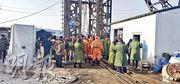 山東棲霞市笏山金礦周日爆炸,22名礦工被困,300多人出動救援。(新華社)
