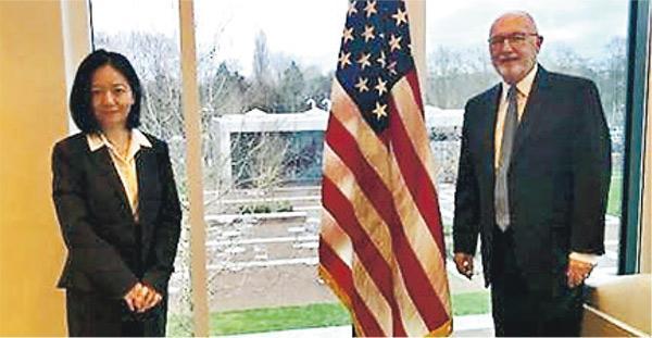 美台解除官方交往限制後,雙方官式互動驟然增加。圖為1月11日,美國駐荷蘭大使胡克斯特拉(右)與台灣駐荷蘭代表陳欣新(左)在美國駐荷大使館會面。(網上圖片)