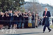 美國總統特朗普(右)昨由首都華盛頓準備出發往得州視察美墨邊境牆,出行前白宮外有支持者向他致意。這是特朗普在上周三國會山莊騷亂後首次公開露面。(法新社)