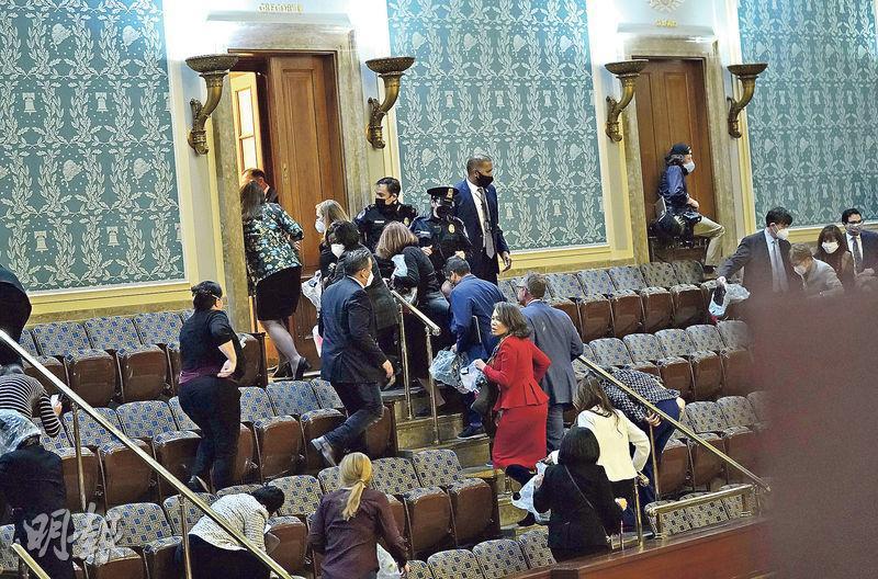 上周三國會山莊騷亂期間,美國議員慌忙疏散。(法新社)