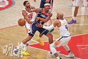 昨領巫師大勝的球星比爾(中),開季上陣11場,場均攻入34.9分,暫列NBA本季得分王。(法新社)