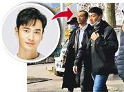 一臉滄桑及M字額髮型的黃曉明在街頭現身,很多人都認不出他。(網上圖片)