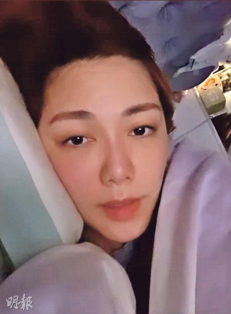 一臉病容的湯洛雯於社交網貼出臥牀照片,留言病倒要早睡早起。(網上圖片)