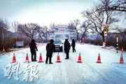 黑龍江省昨日宣布全省進入緊急狀態。圖為1月12日,為防止疫情擴散,當局設置路障要求市民暫不可離開齊齊哈爾市。(法新社)