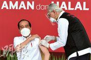 印尼總統佐科(左)昨日在雅加達總統府獨立宮接種科興疫苗,成為該國接種新冠疫苗第一人。(新華社)