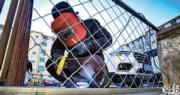 內地疫情持續,各地擔心受河北疫情波及,推出社區封禁的管控措施。圖為昨日,河北承德市一老舊小區出入口,有工程人員正焊接鐵網,封堵部分出口,防止他人避檢進入小區。(明報記者攝)