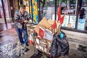 去年12月,習近平稱中國全面實現小康,脫貧攻堅也開始向鄉村振興邁進。不過在疫情和水災的雙重打擊下,如何防範重新返貧的情况,也考驗着各地政府。圖為去年兩會期間,在北京街頭有拾荒者推着小車沿街拾紙皮。(法新社)