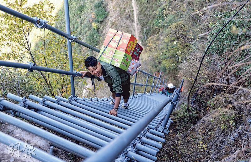 四川省涼山有個出名的「懸崖村」,如今該村村民已搬遷到縣城,當局也扶持當地發展旅遊業及銷售土產,走出貧困。圖為2016年底,「懸崖村」藤梯被2556級鋼梯取代。(新華社)