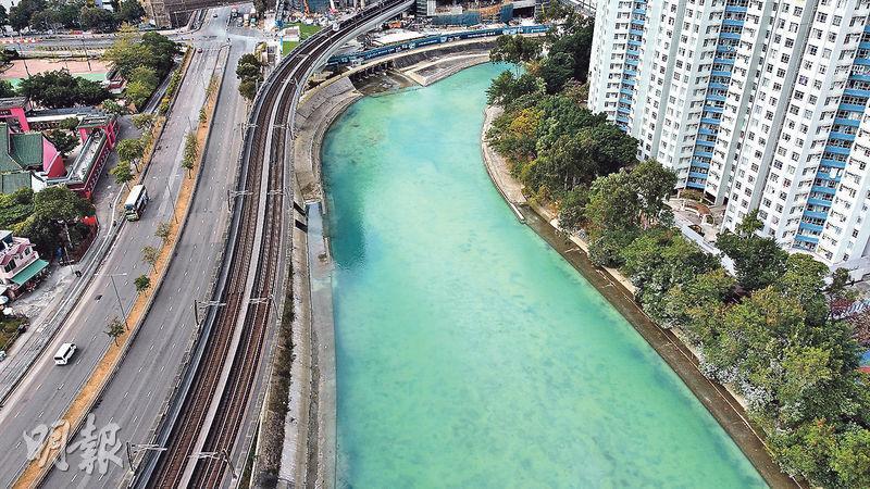 由航拍機拍得的照像所見,城門河一片湖水綠色,水面有一層奶白色疑似油污。環保署表示已派員調查,但未有發現非法排放或可疑污染源,「河水沒有刺鼻異味或惡臭」,已抽樣進一步化驗,以確定河水變綠原因。(林智傑攝)