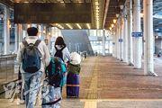 本月5日起廣東對從深圳灣口岸進入內地者實施預約通關,每天入境旅客約2000人;旅客需持有24小時內檢測呈陰性的證明,以及檢疫酒店的預約入住確認單據。廣東省政府周三表示,目前從深圳入境的人數較多,部分將分流到東莞、惠州、汕尾、中山集中隔離。圖為昨日經深圳灣口岸離境者。(林靄怡攝)