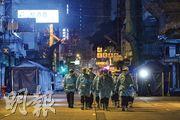 油麻地及佐敦一帶疫情未受控,多名身穿保護衣的人員昨日凌晨約3時開始到受限區域一帶準備圍封。(林靄怡攝)