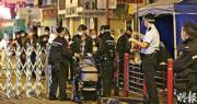 政府昨傍晚6時提早讓「受限區域」內、繫有手帶及持陰性檢測證明者回復行動自由,在指定出口位置有大批人排隊等候辦理登記及核實手續,有人推着嬰兒車準備外出。(曾憲宗攝)