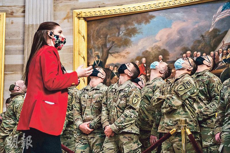 美國自去年3月中起為防疫暫停國會山莊參觀,當局上周六特為在騷亂後協防的國民警衛軍開設導賞團。(法新社)