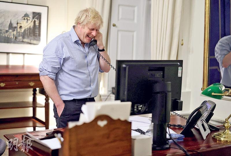 英國首相約翰遜(圖)上周六和美國總統拜登通電話時笑逐顏開。(路透社)