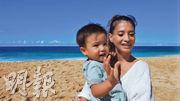 吉川日奈(右)抱着愛兒,親自宣布懷第3胎。