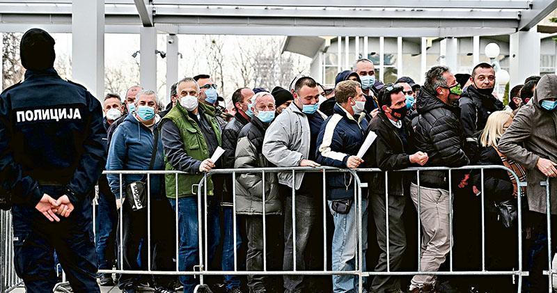 塞爾維亞是首個允許使用中國國藥集團疫苗的歐洲國家。圖為周一塞爾維亞首都貝爾格萊德會展中心外,排隊等候接種國藥集團疫苗的民眾。(法新社)