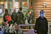政府周二向荃灣綠楊新邨R座發強制檢測公告後,確診個案陸續浮現,並集中在18樓,涉及4個單位共6人感染,當局安排同層其餘4戶檢疫。(朱安妮攝)