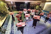 東方水滙桑拿的大型水療池(圖)以往深受該店顧客歡迎,現因停業已暫停使用,約10名員工手持「我要復工」標語紙站在池中,要求政府在農曆新年前批准復業。(李紹昌攝)