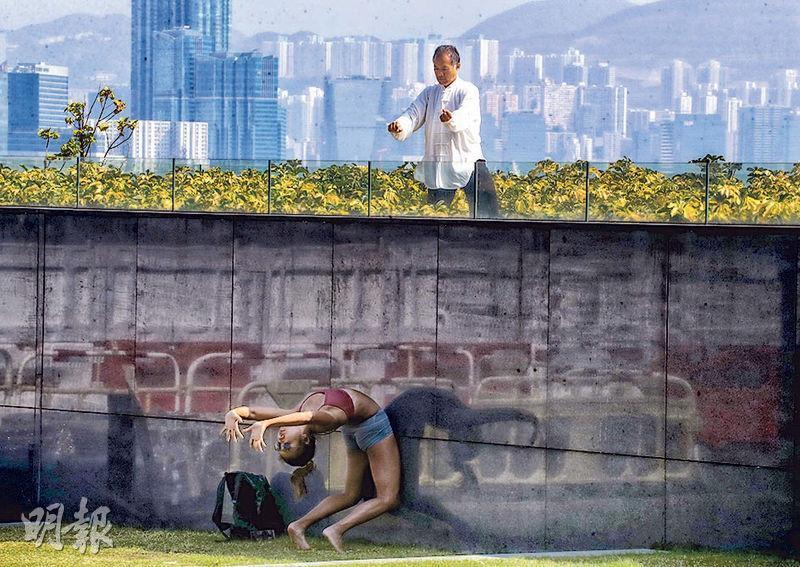 政府為控制新冠病毒疫情關閉運動場地,不少市民到公園做運動,金鐘添馬公園昨日有人「耍幾招」,有人拗腰拉筋。(李紹昌攝)