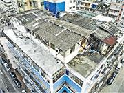 王氏一家三口住在深水埗汝州街的天台屋(圖),稱不少住客隨處丟棄雜物到天台,他們擔心會因而散播病毒,所以每晚都戴口罩睡覺。(黎汶洛提供)
