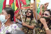 緬甸軍方的支持者上周五(29日)在最大城市仰光發起針對選舉委員會的示威,抗議大選結果,其間揮動國旗。(路透社)