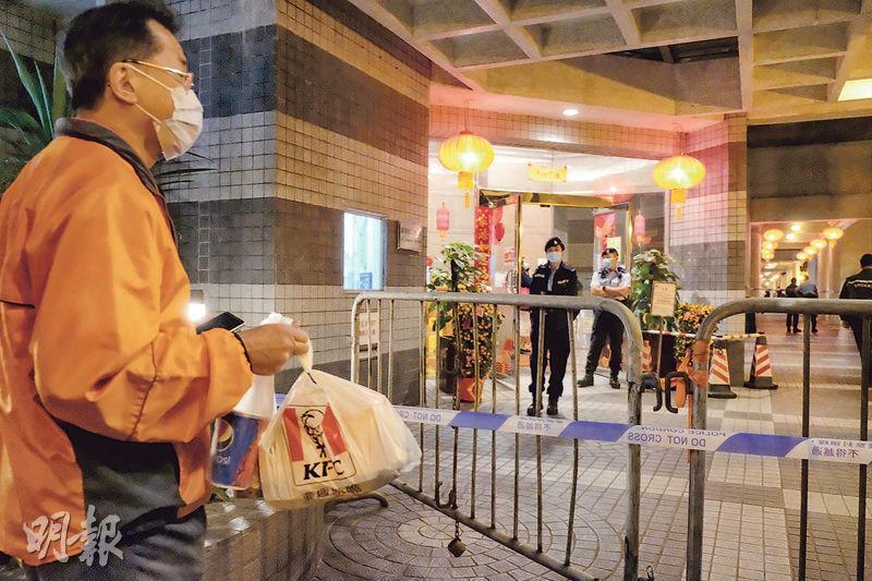 麗港城7座有居民(左)昨晚買外賣回家時,才得悉屋苑被圍封,最後由工作人員安排返回大廈。(鄧宗弘攝)