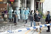 麗港城5座及7座昨晨7時41分解封,較政府原定目標遲41分鐘,不少居民急步離開上班,亦有學生跑出受限區。(朱安妮攝)
