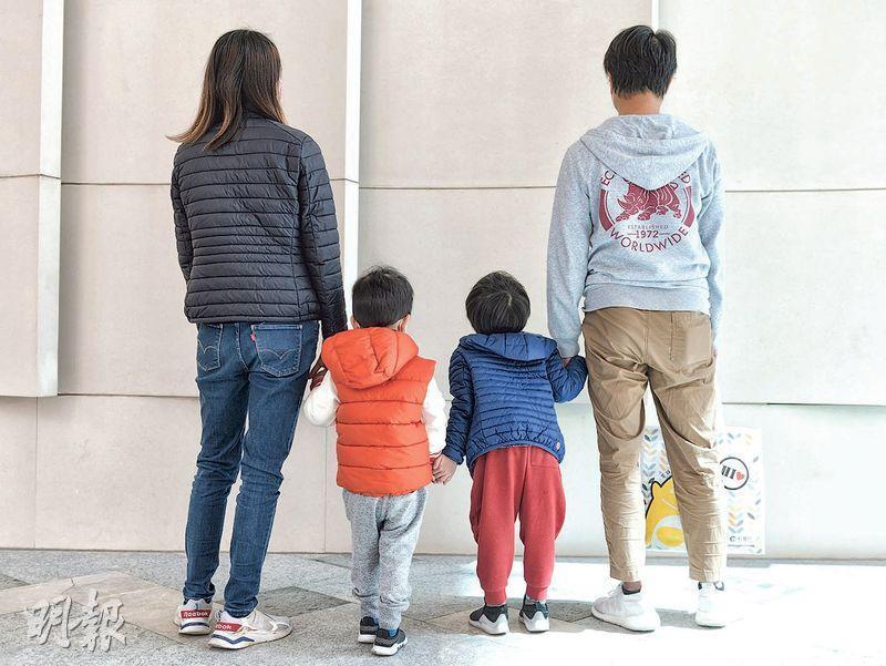 蘇家昨到簽證中心辦手續,蘇先生(右一)憂慮內地收緊對港管控,認為50年不變的承諾已失效,對香港未來「死心」,希望盡快離港。(朱安妮攝)