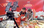 新冠疫情下的第二個農曆新年即將到來,北京、廣州、深圳等多地傳統酒樓均提供年夜飯外賣。圖為日前北京一間餐廳直播售家宴,為計劃就地過年的民眾「送年夜飯到家」。(中新社)