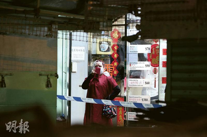 政府晚上7點封鎖深水埗大南街及基隆街一帶,不少排檔已收檔,在排檔之間看過去,有髮型屋仍燈火通明,內有染髮客。(曾憲宗攝)