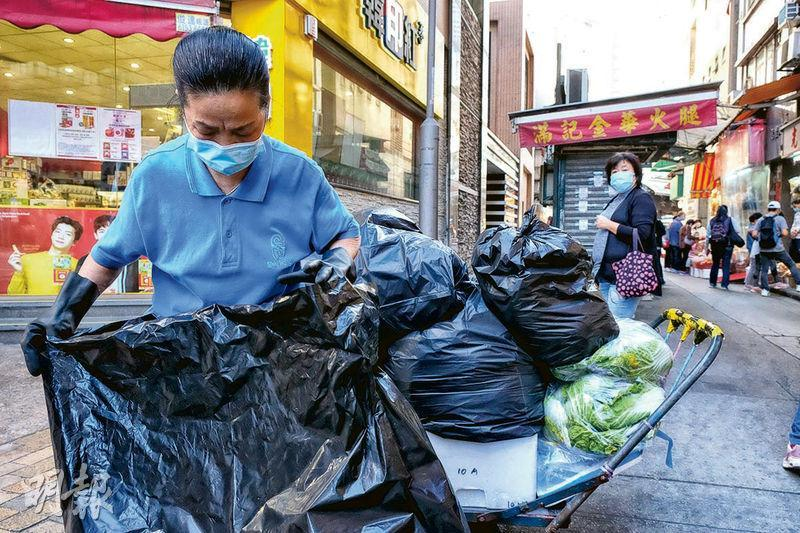 最低工資水平維持時薪37.5元,屬實施10年以來首次「凍薪」。政府指現有約2.12萬名打工仔是時薪37.5元。圖為一名街市清潔工。(鄧宗弘攝)