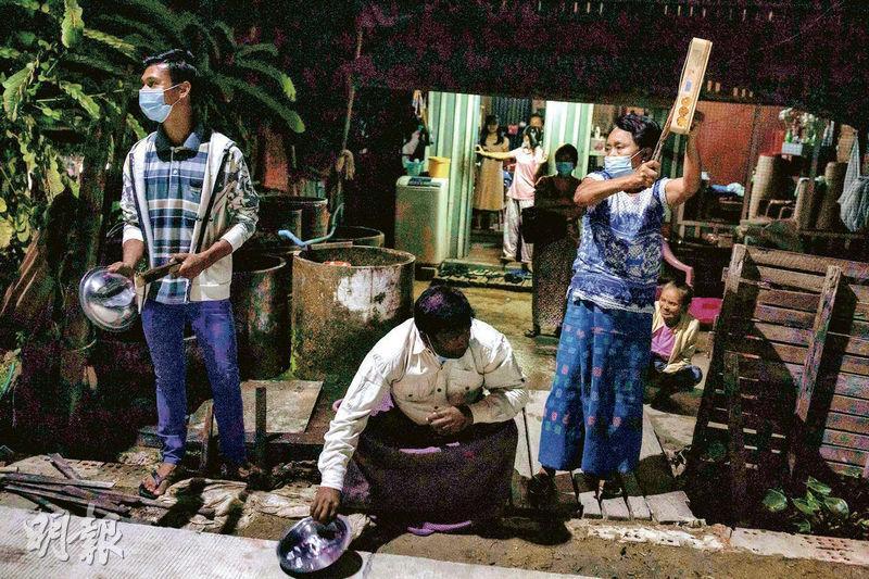 在仰光,昨入夜後有不滿軍方政變奪權的民眾響應社交網絡號召,敲打鍋具、鐵罐等物件「發聲」抗議。(法新社)