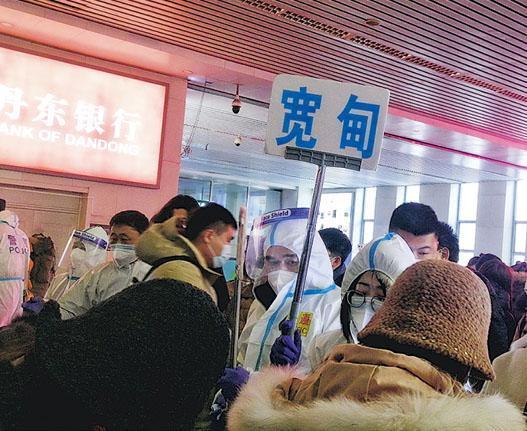 在丹東車站,各區縣都有安排人來接車,協助安排到埠旅客填報健康情况及集中返鄉。(受訪者提供)