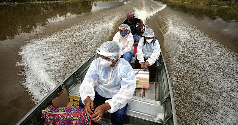巴西亞馬遜州周一有市政醫護人員乘船,沿着索利蒙伊斯河,為當地居民提供牛津-阿斯利康疫苗。(路透社)