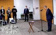 日本東奧組委主席森喜朗日前稱,若奧委會理事會多女成員,會令開會時間過長,須限制她們發言時間,被批性別歧視。圖為森喜朗(右)周四在東京的記者會為失言致歉。(法新社)